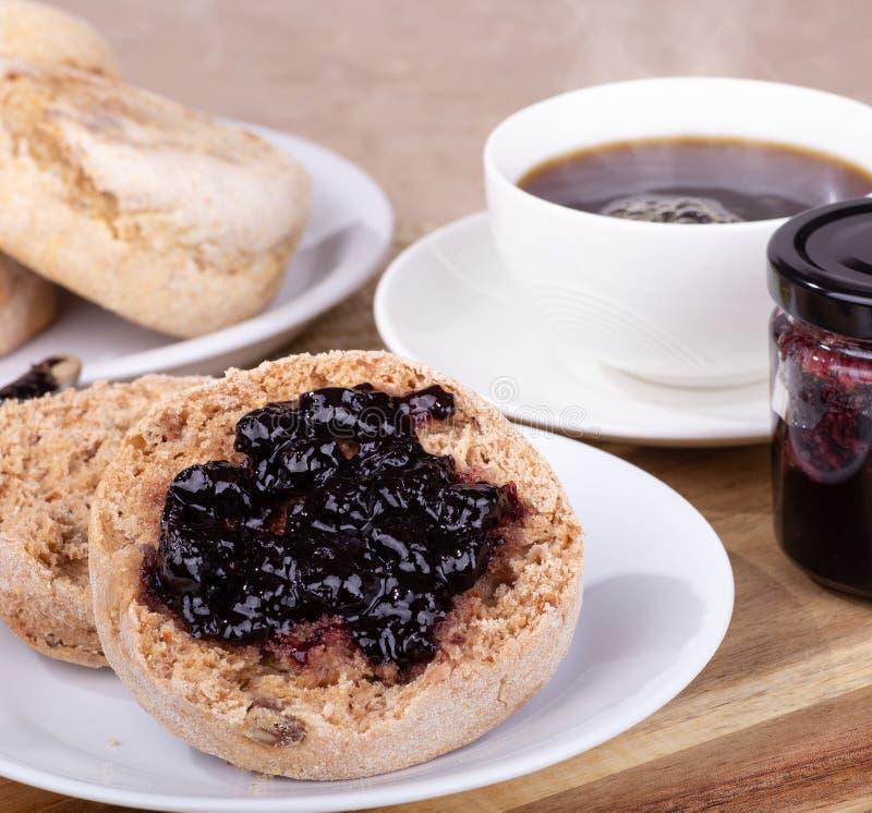 英格兰式松饼传播用蓝莓果酱 库存照片