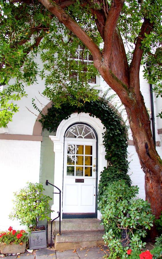 英王乔治一世至三世时期树构筑的样式前门 免版税库存图片