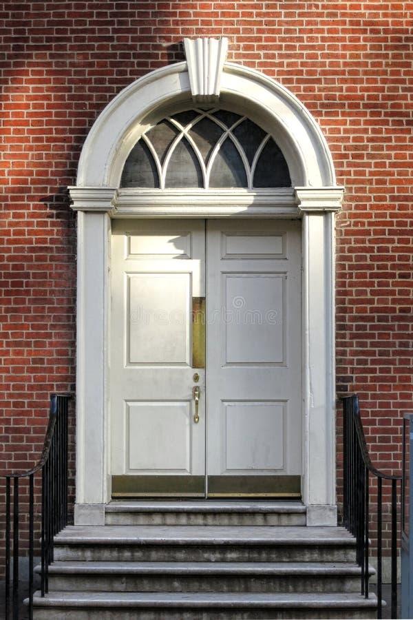 英王乔治一世至三世时期殖民地样式老历史建筑门 免版税库存照片