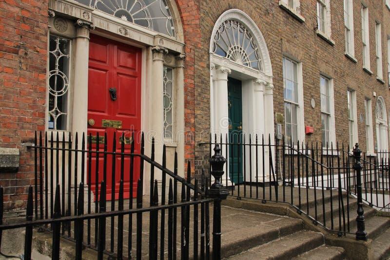 英王乔治一世至三世时期红色和绿色门在城市都伯林在爱尔兰 免版税库存图片
