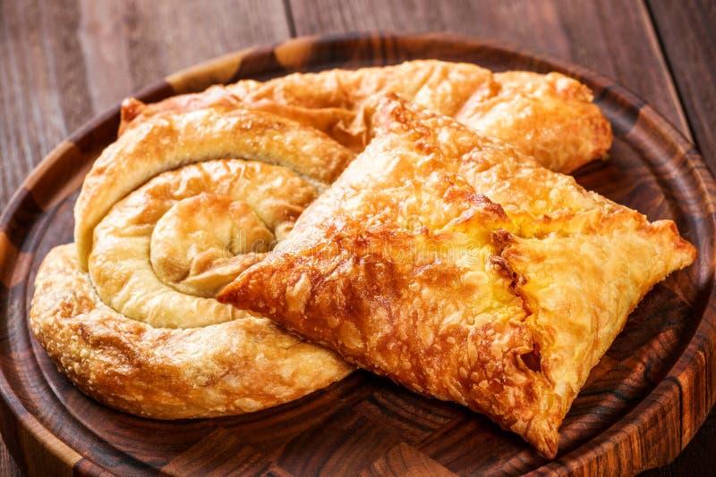 英王乔治一世至三世时期khachapuri -小面包干用在木切板的乳酪 是可能食物自创饼 免版税库存照片