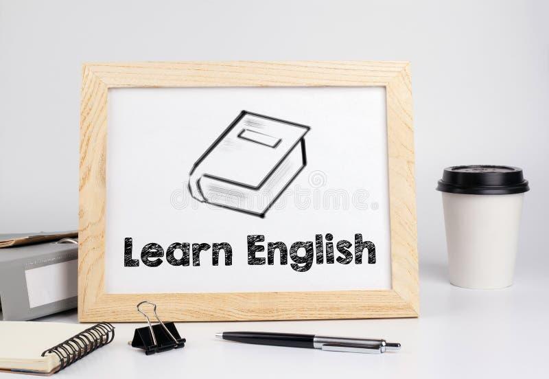 英语了解 与木制框架,文本的空间的办公室桌 免版税库存照片