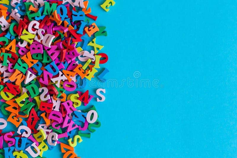 英语字母表的多彩多姿的字母表信件在与空的空间的蓝色背景被排行 教育或 免版税图库摄影