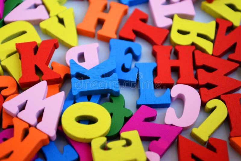 英语字母表的色的木信件 免版税库存照片