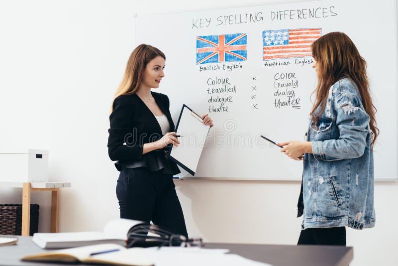 英语学校 教训、老师和学生谈话 图库摄影