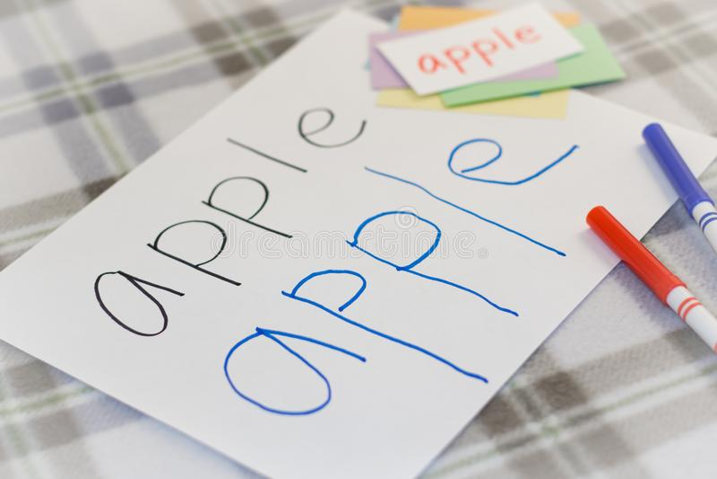 英语;写果子的名字孩子为实践 库存图片