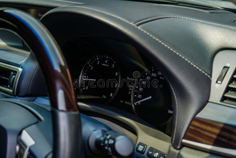 英里汽车、方向盘和仪表板汽车的里面 免版税图库摄影