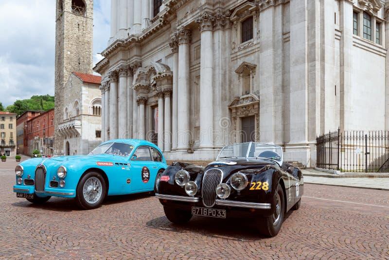 1000英里2019年,布雷西亚-意大利 2019年5月14日:历史的Mille Miglia赛车 历史葡萄酒汽车的陈列在的 图库摄影