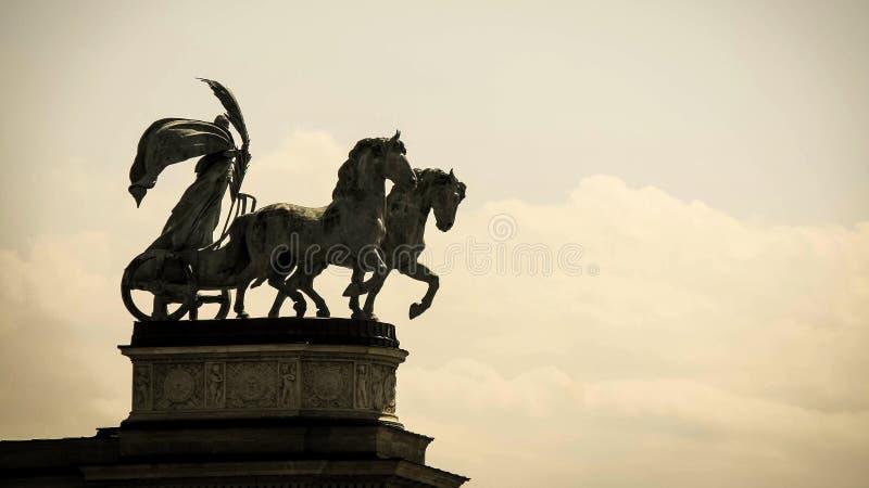 从英雄的雕象在布达佩斯,匈牙利摆正 免版税库存照片