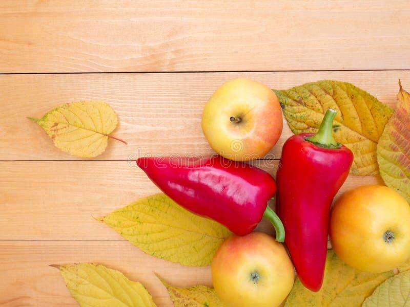 苹果、甜椒和秋叶 免版税库存照片