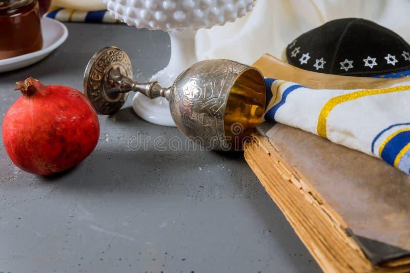 苹果、石榴和蜂蜜犹太新年torah书的,kippah yamolka talit 免版税库存照片