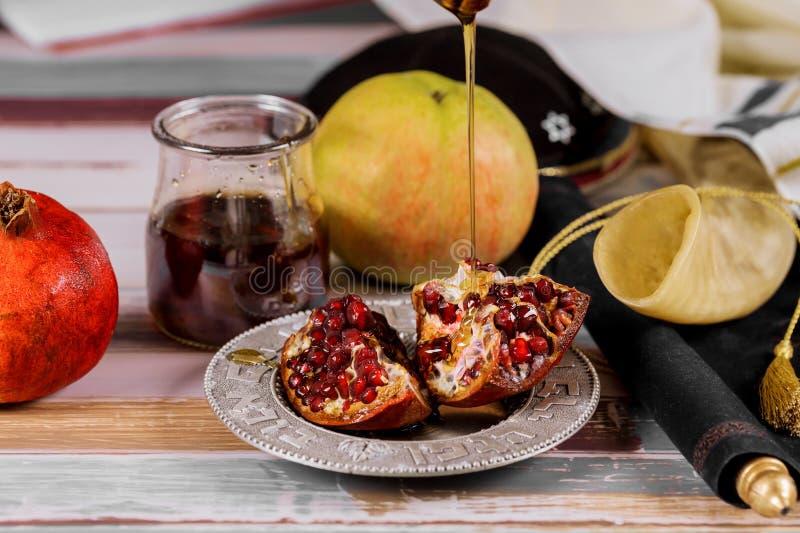 苹果、石榴和蜂蜜犹太新年torah书的,kippah yamolka talit 免版税图库摄影