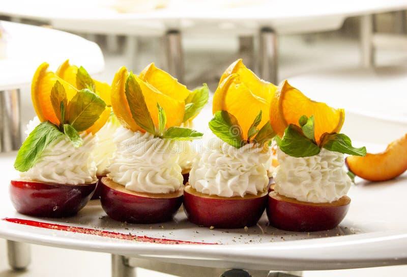 苹果、香草奶油色奶油和奶油decoratio四个点心  免版税库存图片