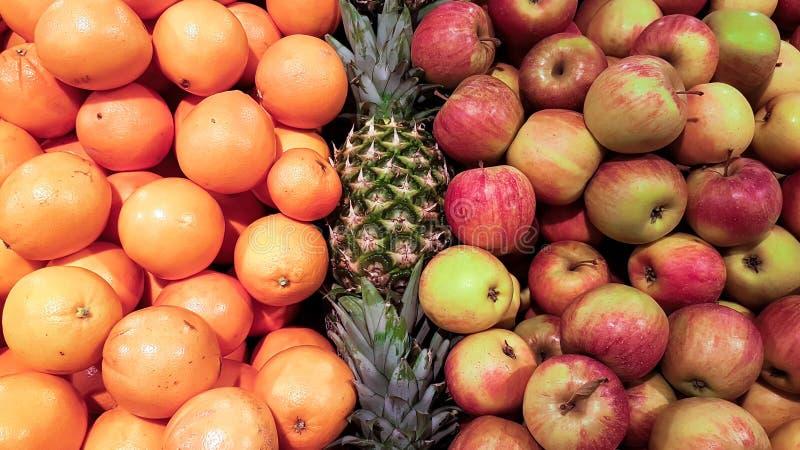 苹果和桔子和菠萝在市场上 免版税库存图片