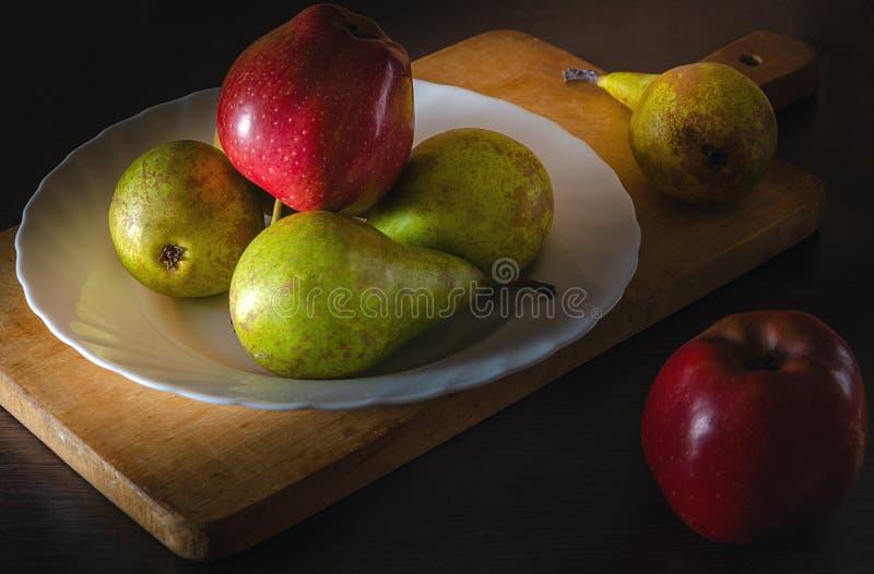 苹果和梨静物画在村庄 库存图片