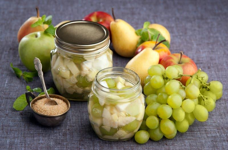 苹果在糖浆的梨葡萄 免版税库存图片