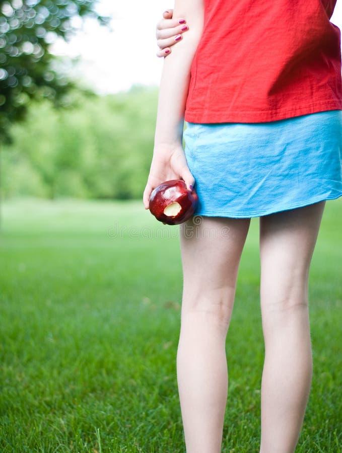 苹果女孩年轻人 免版税库存照片