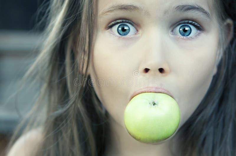苹果女孩绿色一点 免版税图库摄影