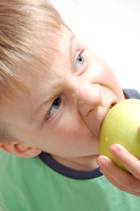 苹果尖酸的男孩 免版税库存照片