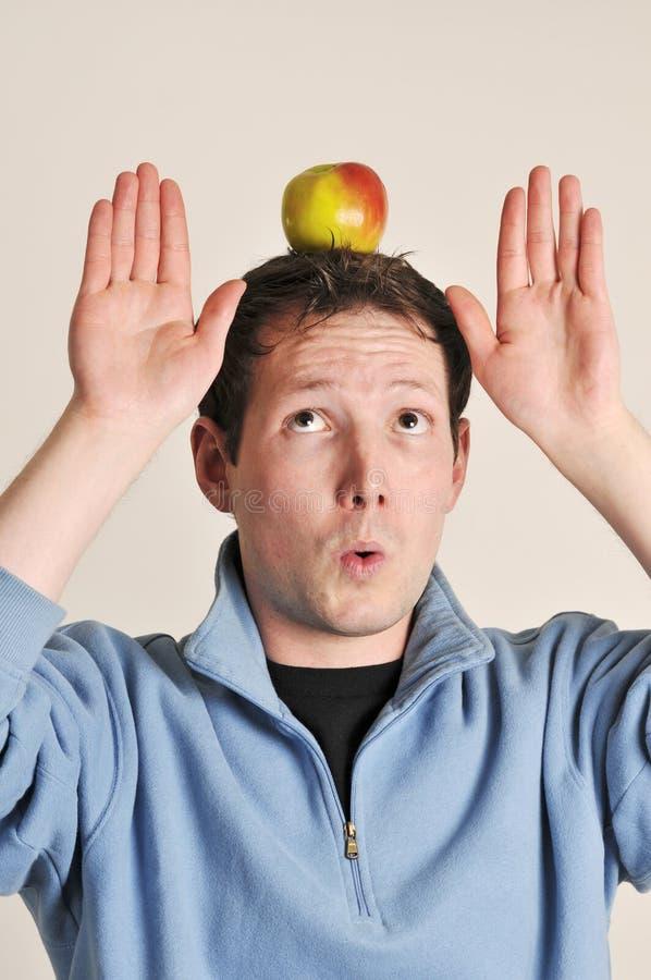 苹果平衡的顶头人 免版税库存图片