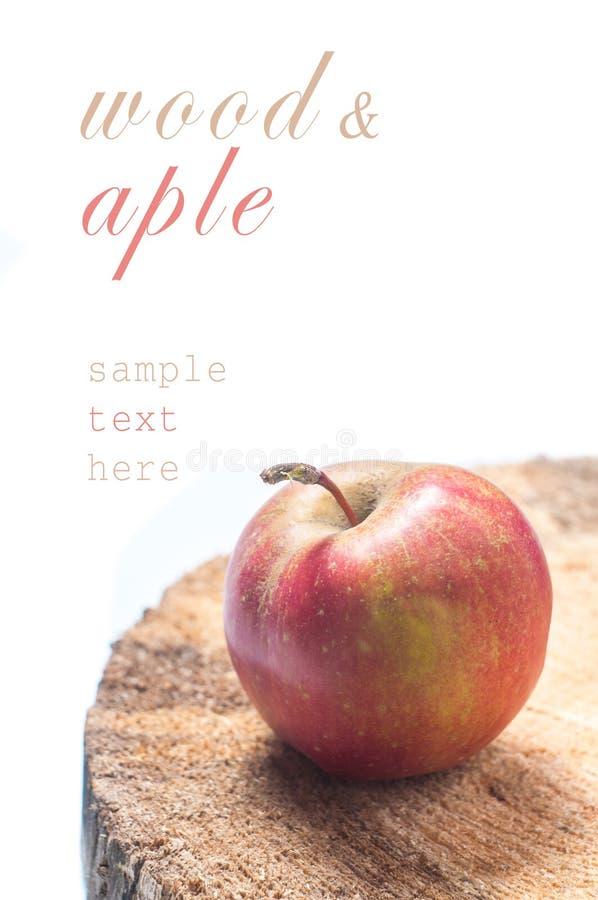 苹果把红色木装箱 Copyspace 免版税图库摄影