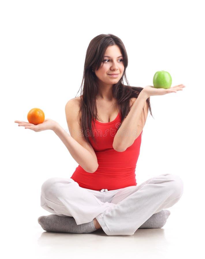 苹果暂挂查出的橙色妇女年轻人 免版税库存照片