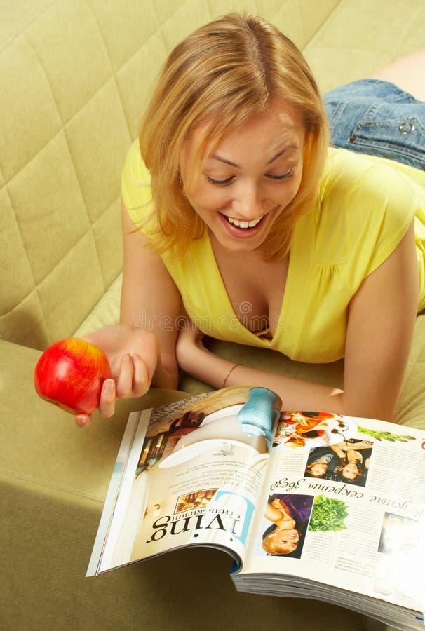 苹果有吸引力的女孩红色 库存图片