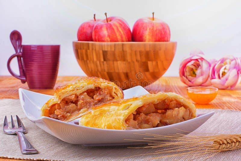 苹果果馅奶酪卷 图库摄影