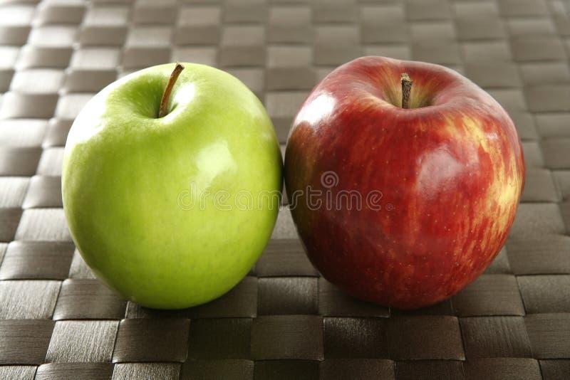 苹果棕色桌布 免版税库存照片