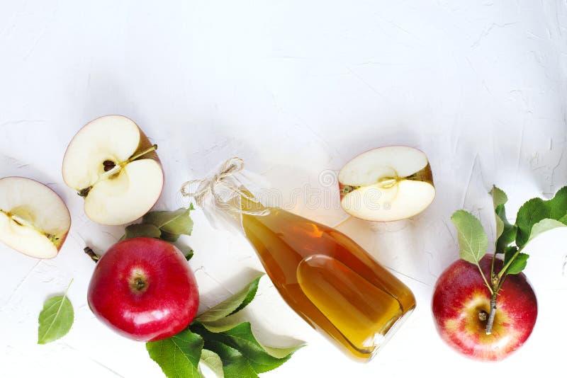 苹果汁醋和新鲜的苹果 免版税库存照片