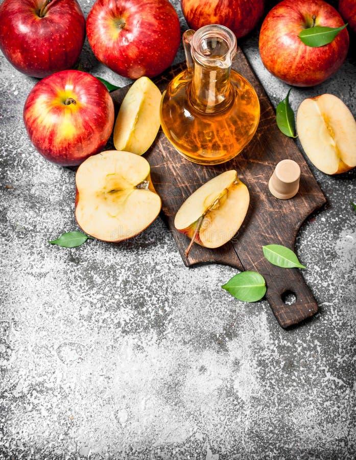 苹果汁醋用在切板的新鲜的苹果 库存图片