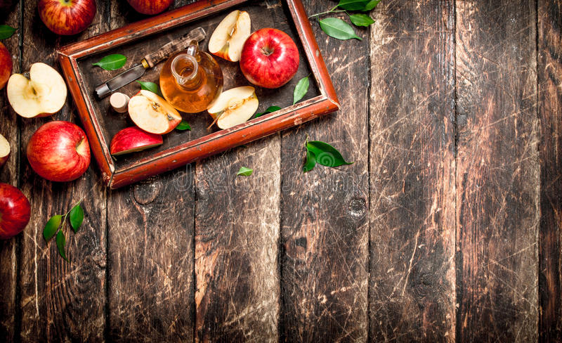 苹果汁醋,在老盘子的红色苹果 免版税库存图片
