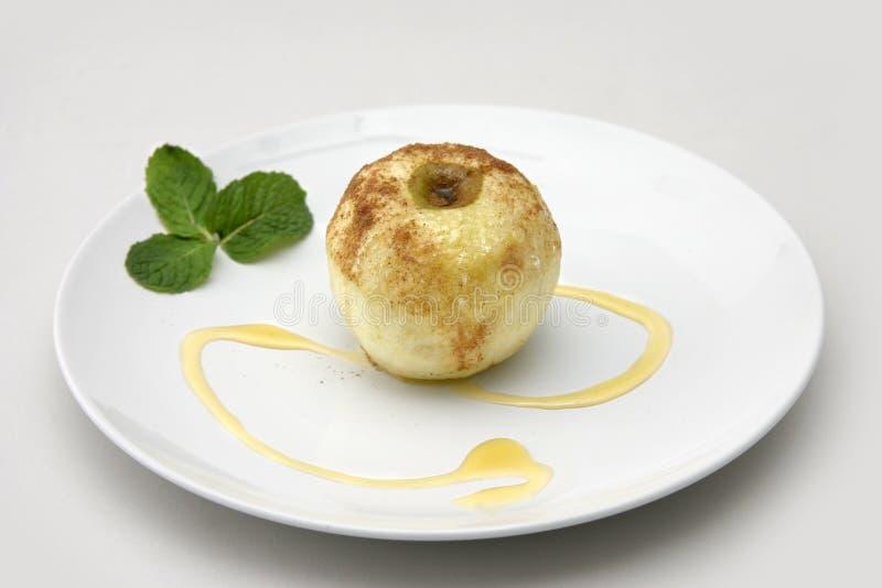 苹果烘烤了糖煮的被装载的核桃 库存照片