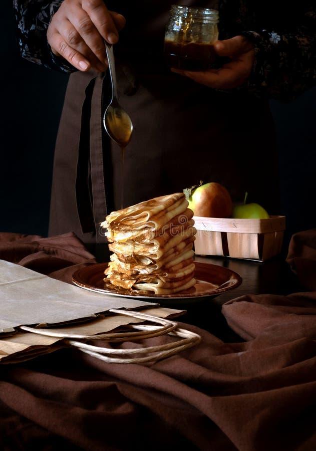 苹果煎饼包手工艺盒递送,甜点黑色背景手食 库存图片