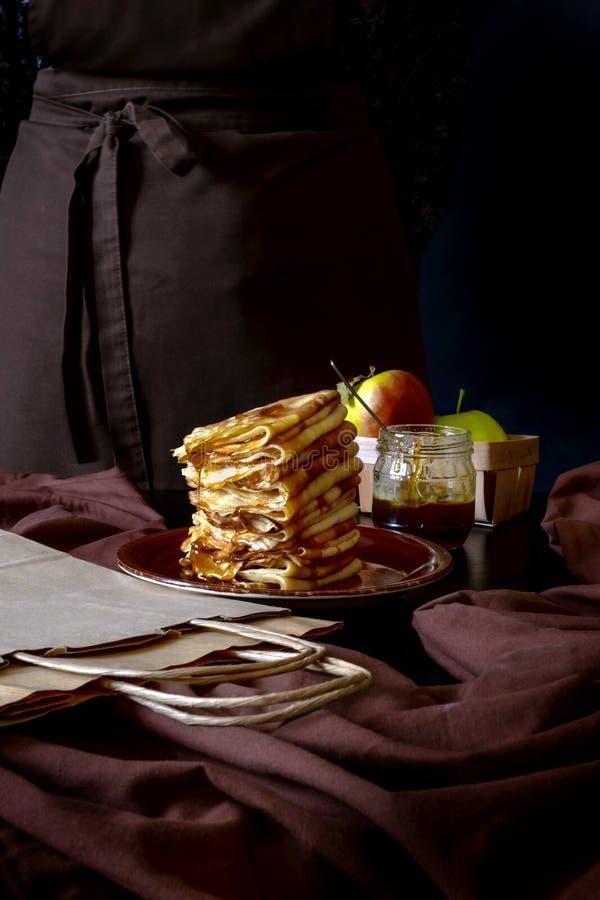 苹果煎饼包手工艺盒递送,甜点黑色背景手食 库存照片