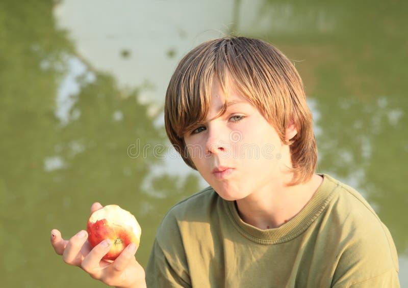 苹果男孩吃 库存图片