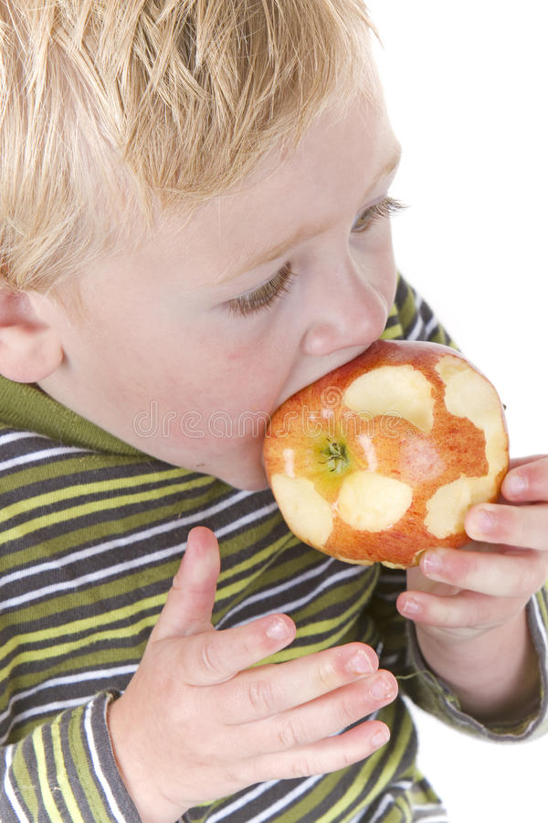 苹果男孩逗人喜爱少许吃 免版税库存图片