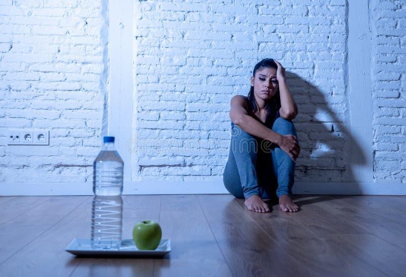 苹果的沮丧的饿的少妇和水节食 免版税库存图片