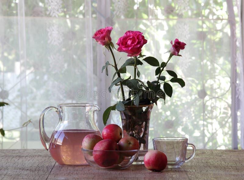 从苹果的蜜饯在一个透明水罐 免版税库存图片