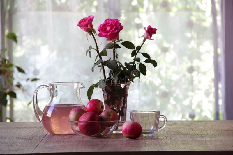 从苹果的蜜饯在一个透明水罐 库存照片