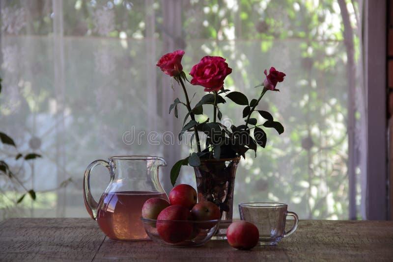 从苹果的蜜饯在一个透明水罐 库存图片