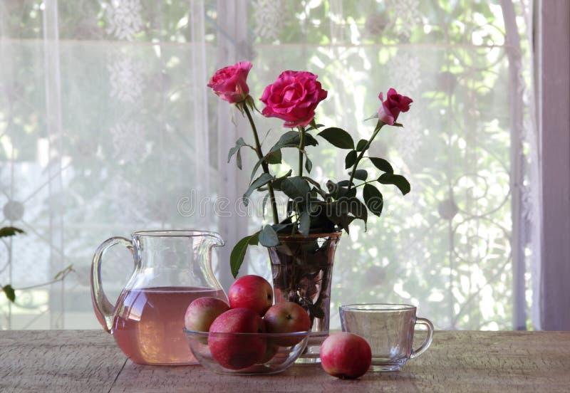 从苹果的蜜饯在一个透明水罐 免版税库存照片