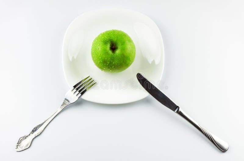 苹果盘叉子绿色刀子白色 图库摄影