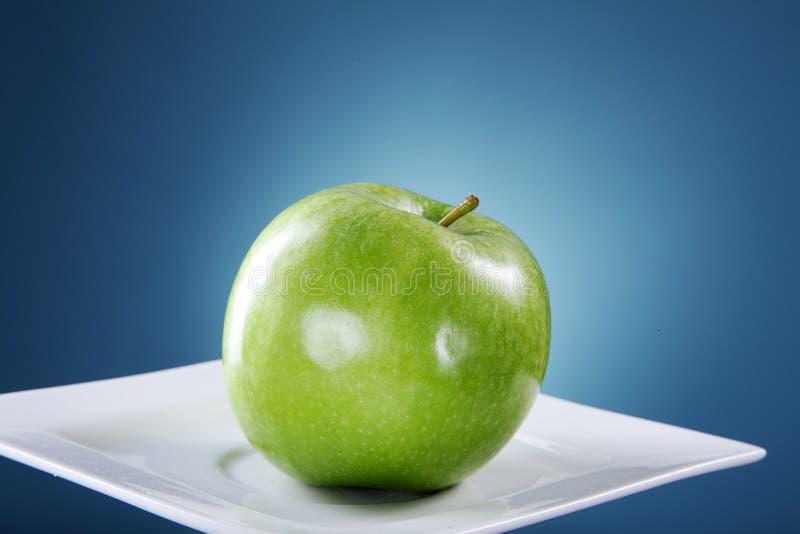 苹果盘绿色白色 库存图片