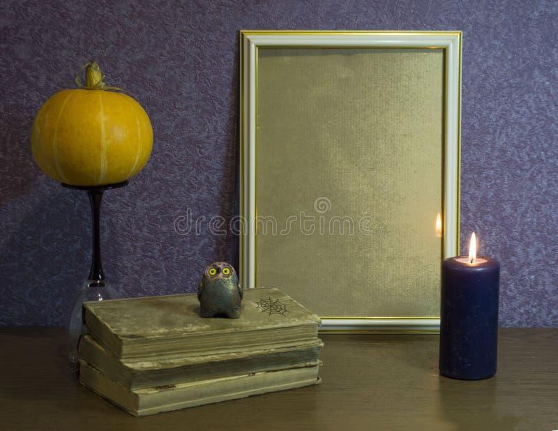 苹果秋天对光检查袋装花瓶的构成干燥叶子 一photoframe、书、一个南瓜和一个蜡烛在美好的背景 秋天,万圣夜概念 免版税图库摄影