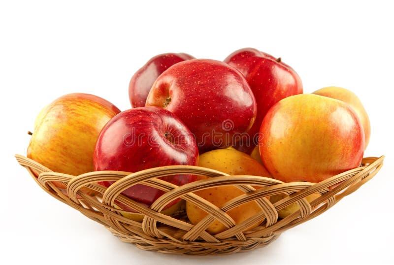 苹果篮子红色黄色 免版税库存照片