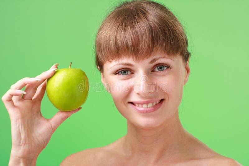 苹果绿的妇女年轻人 免版税图库摄影