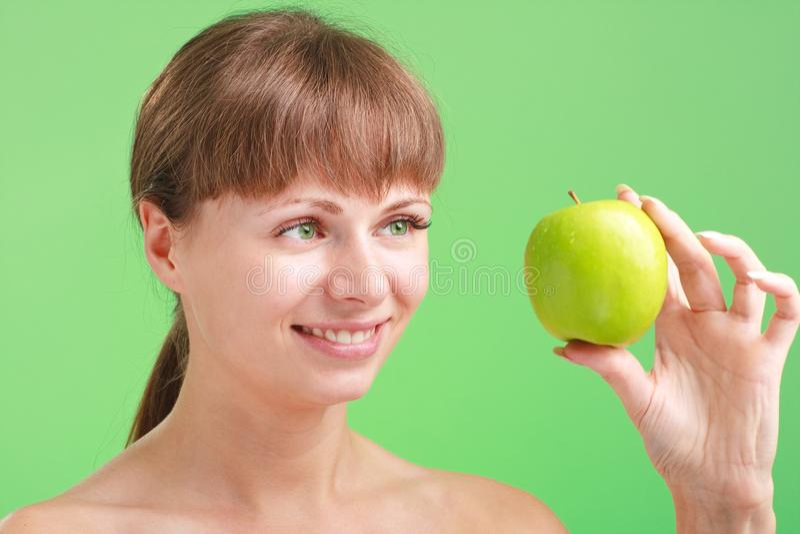 苹果绿的微笑的妇女 免版税库存照片