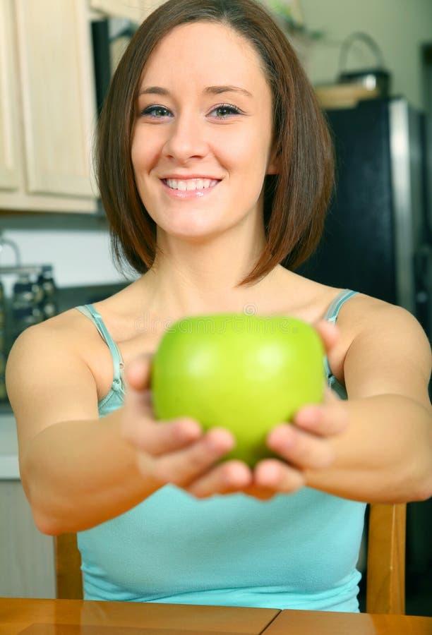 苹果绿的提供的俏丽的妇女年轻人 库存照片