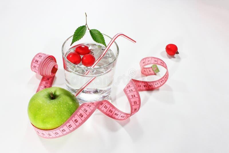 苹果绿的评定的磁带 可口家做了饮料用在玻璃的新鲜的莓果 图库摄影